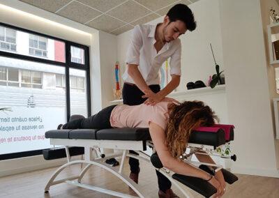 Antoine realizando un ajuste quiropráctico