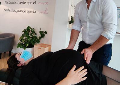 Franck realizando ajuste quiropráctico a una mujer embarazada